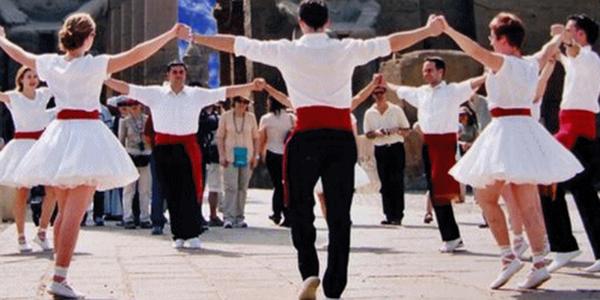 Trobada de sardanistes i calçotada popular