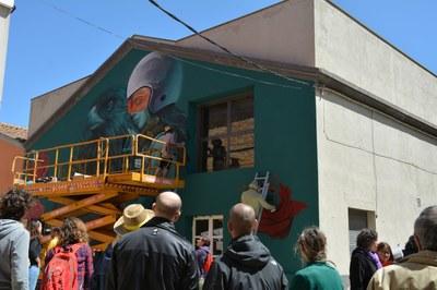 L'artista @faunagraphic i @rocket01co.uk pintant la paret del Local Social. Foto: @montsepenelles
