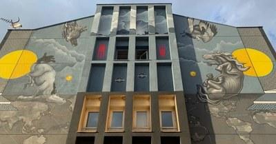 Mèxic i Penelles s'uneixen a través d'un mural col·lectiu a la façana de l'alberg 'El Galliner'