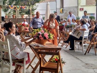 """El teatre al carrer omple la plaça de l'Església Vella amb l'obra """"La Rambla de les Floristes"""""""