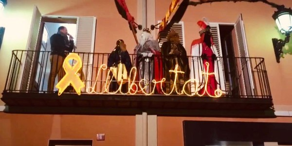 Ses Majestats d'Orient fent els discursos al balcó de l'Ajuntament.