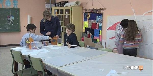 Els infants del municipi realitzant tallers amb l'Olga Cortadelles, veïna i artista de Penelles